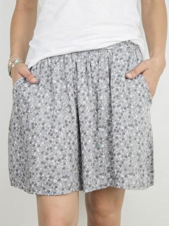 Minifalda de mujer estampada de flores.