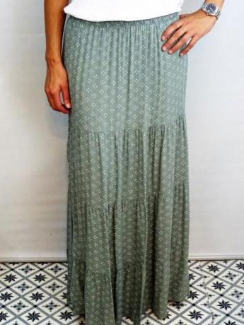 Falda larga de mujer con estampado.