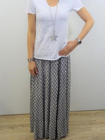 Falda larga de bambula con estampado en blanco.