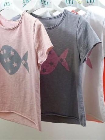 Camiseta de niña de manga corta con estampado de pez y estrellas.