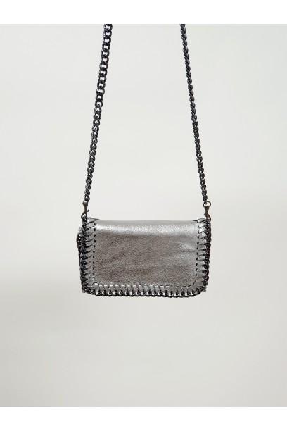 Bolso pequeño de piel con cadena plateado