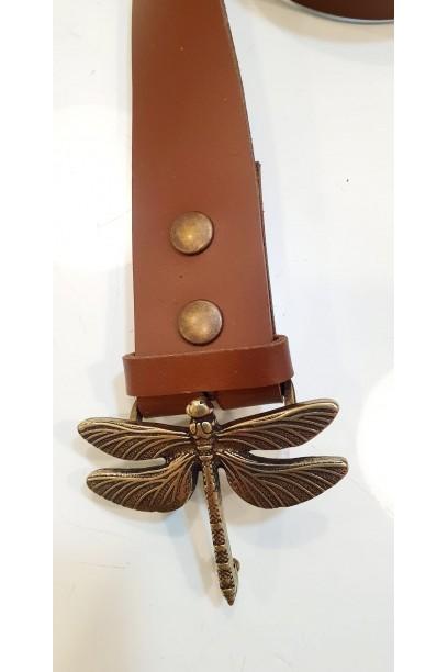 Cinturón de piel marrón con hebilla libélula