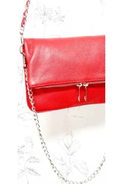 Bolso de piel rojo con dos cadenas