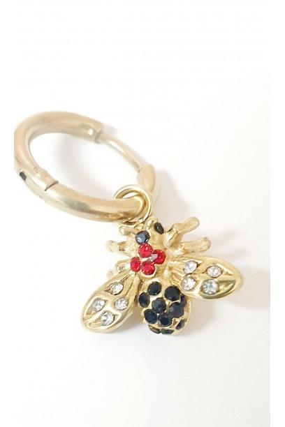 Aro dorado pequeño con mosca y piedras de colores