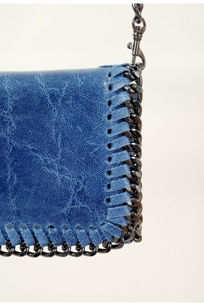 Bolso de piel con cadena azul