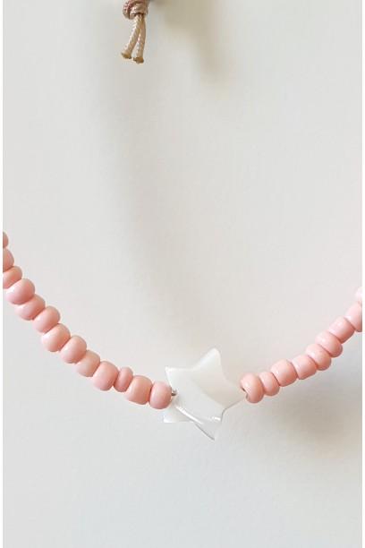 Gargantilla de piedtras de colores rosa con estrella de nacar