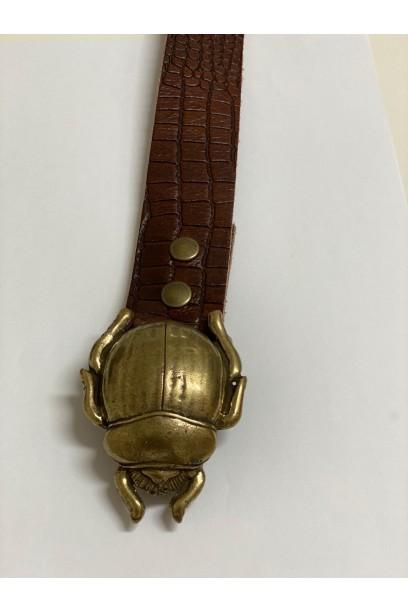 Cinturón de piel labrada marrón con hebilla escarabajo