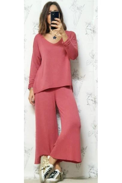 El look se compone de pantalón de punto+ jersey coral