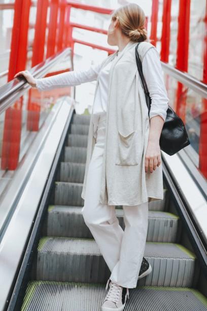 Chaleco beige más camiseta de algodón blancas