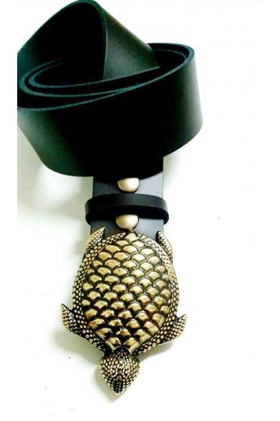 Cinturón de piel marrón con hebilla tortuga