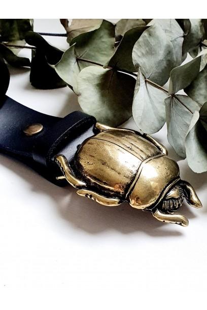 Cinturón de piel negra con hebilla escarabajo