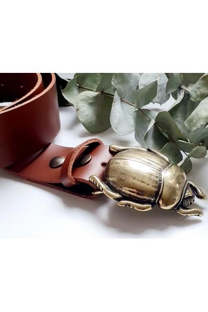 Cinturón de piel camel con hebilla escarabajo