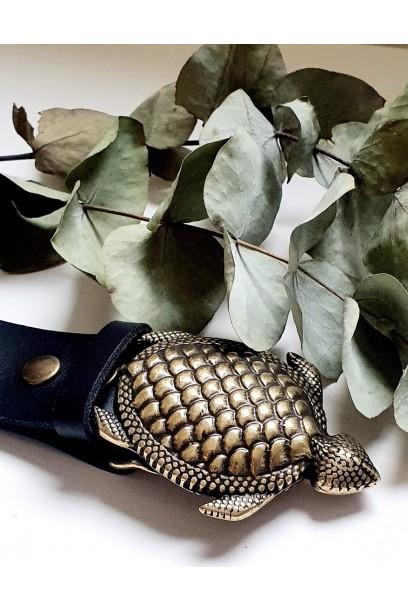 Cinturón de piel negro con hebilla tortuga
