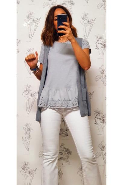 Camiseta gris con puntilla ancha