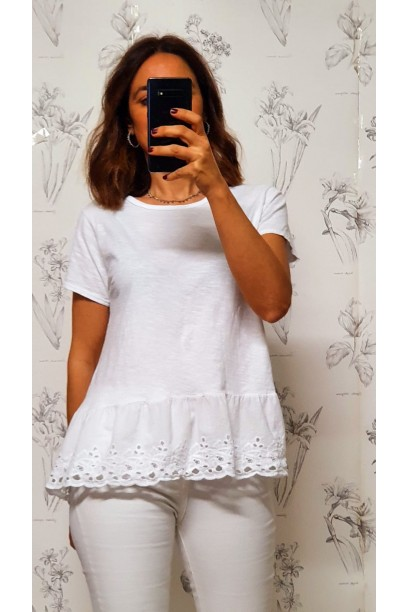 Camiseta blanca con puntilla ancha