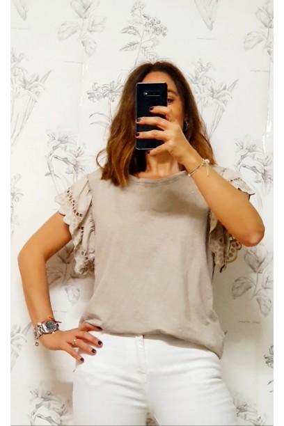 Camiseta oversize con volante  de puntilla en la manga beige