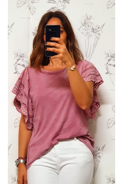 Camiseta oversize con volante  de puntilla en la manga rosa