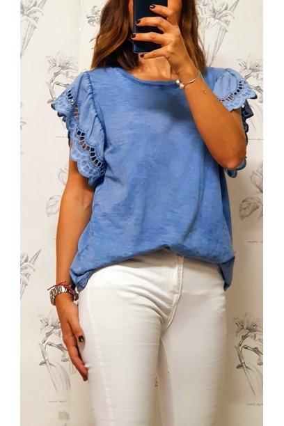 Camiseta oversize con volante  de puntilla en la manga azul