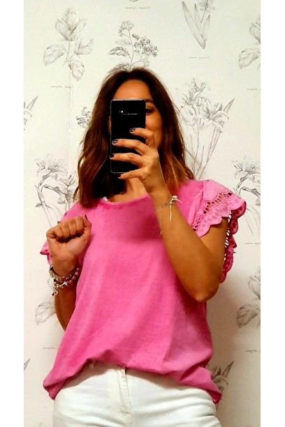 Camiseta oversize con volante  de puntilla en la manga fucsia