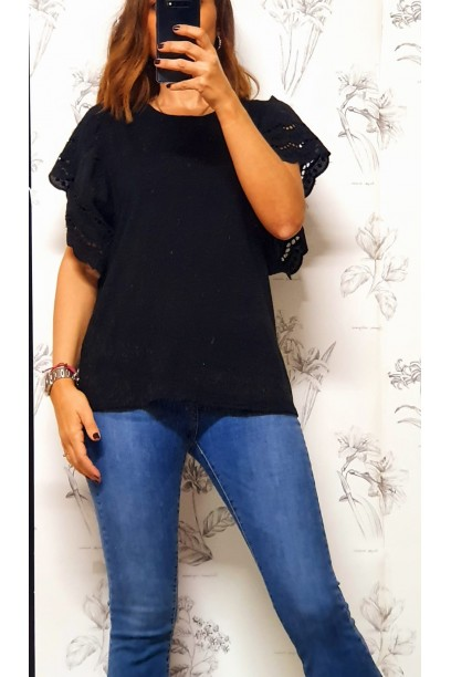 Camiseta oversize con volante  de puntilla en la manga negro