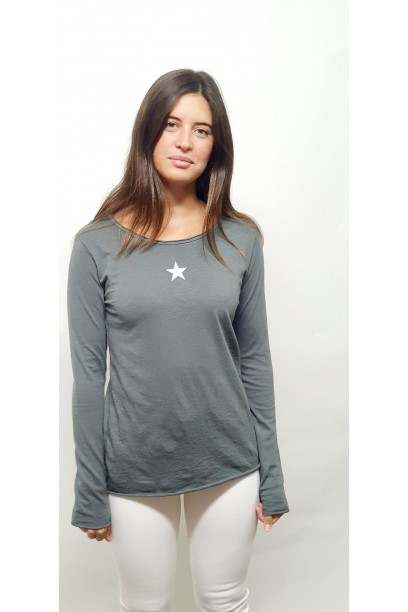 Camiseta gris con  estrella blanca
